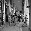 Winkelend publiek in de Rue de Rivoli, Bestanddeelnr 254-0301.jpg
