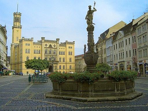 Zittau: Markt mit Rolandbrunnen und Rathaus (Hintergrund)