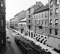 Üllői út a Kálvin tér felé nézve. A középen lévő három ház helyén - az irodaházak építése során - nyitották a névtelen utcát. Fortepan 98104.jpg