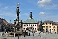 Žďár nad Sázavou (Saar), Hauptplatz mit Pestsäule und Rathaus (39627995870).jpg