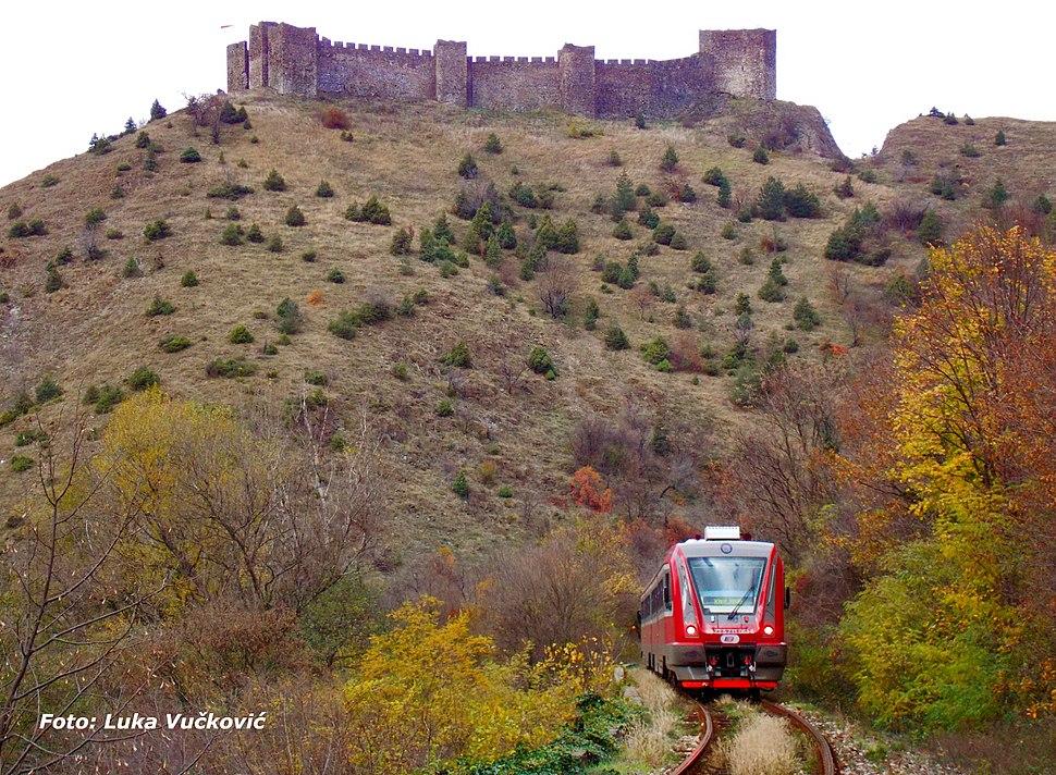ДМВ 711 на прузи Краљево-Косовска Митровица, под Средњовековним градом Маглич