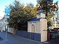 Ограда с пилонами ворот Городская усадьба Е.Е. Емельянова 01.JPG