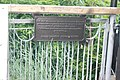 Пам'ятний знак на-мосту закоханих.JPG