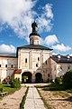 Святые ворота с казенной кельей и надвратной церковью Иоанна Лествичника.jpg