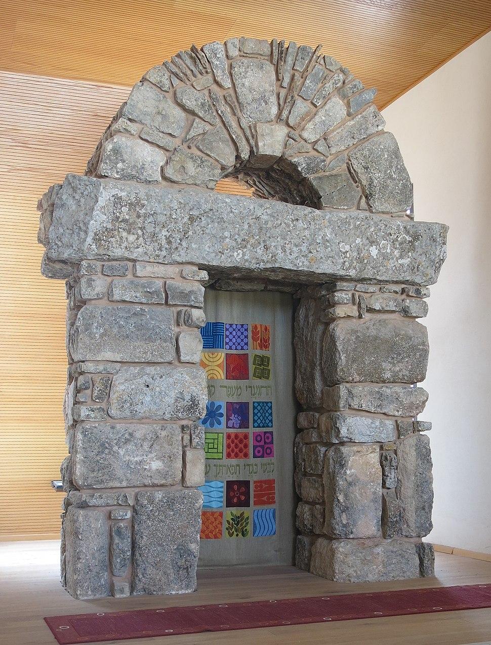 """ארון הקודש בישיבת איתמר, נוצר ע""""י האמן אסף קדרון"""