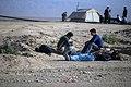 خستگی مردم (زائرین) در پیاده روی اربعین- مرز مهران- ایران 01.jpg