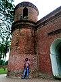 ষাট গম্বুজ মসজিদ এর একটি মিনার এর সাথে দারিয়ে আমি.jpg