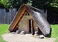 02017 0428 Rekonstruktion eines slawischen Grubenhauses aus der Zeit von 900 bis etwa 1000 im Freilichtmuseum Chotěbuz.jpg