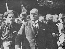 Balbo (a sinistra) a fianco di Benito Mussolini durante la marcia su Roma