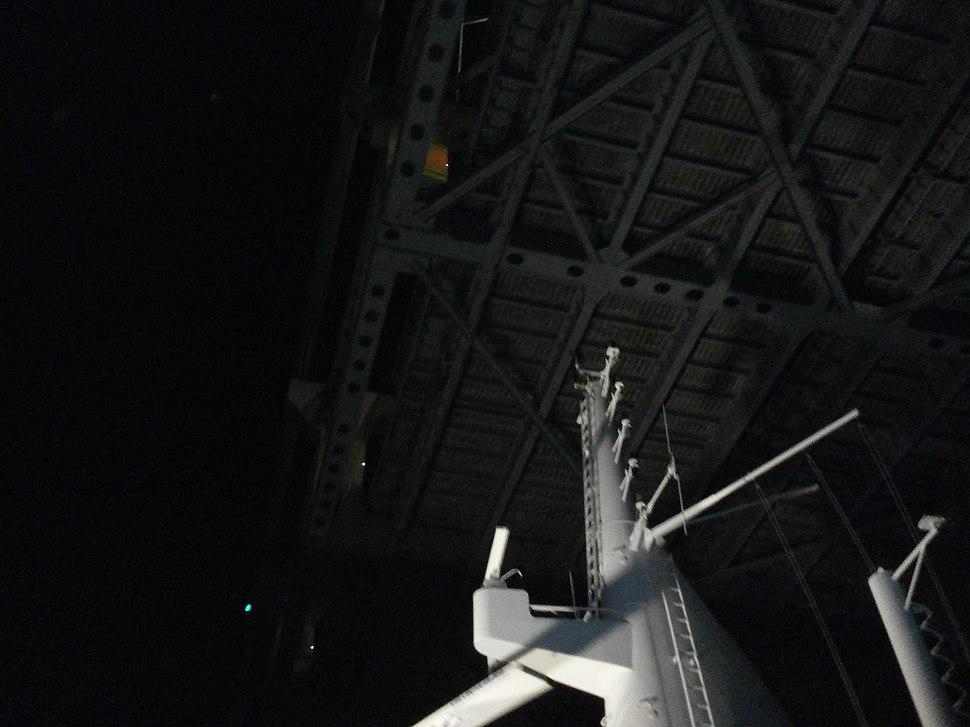 2011-10-23-queen-mary-2-mast-under-verrazano-narrows-bridge.jpg