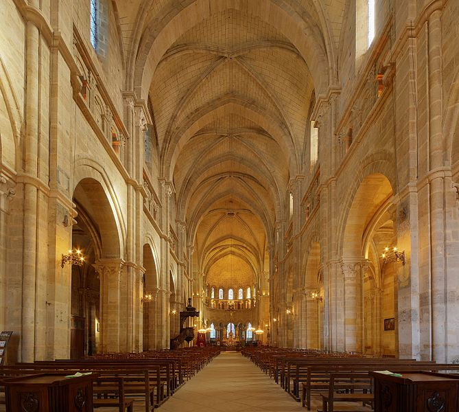 This file was uploaded  with Commonist.         This photograph was taken with a Nikon D300.    Cathédrale Saint-Mammès de Langres: nef (HDR).