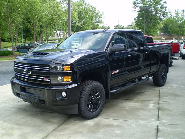 https://upload.wikimedia.org/wikipedia/commons/thumb/4/47/2018_silverado_2500hd_ltz_z71_crew_cab_standard_box_midnight_edition_%28observe%29.jpg/640px-2018_silverado_2500hd_ltz_z71_crew_cab_standard_box_midnight_edition_%28observe%29.jpg