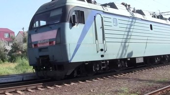 Файл:2EL5-010 with freight train and ER9E-636, Buhaz station.webm