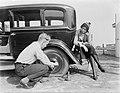 Actrice en fotomodel Cissy van Bennekom zit op de achterbumper van de auto en ki, Bestanddeelnr 252-0492.jpg