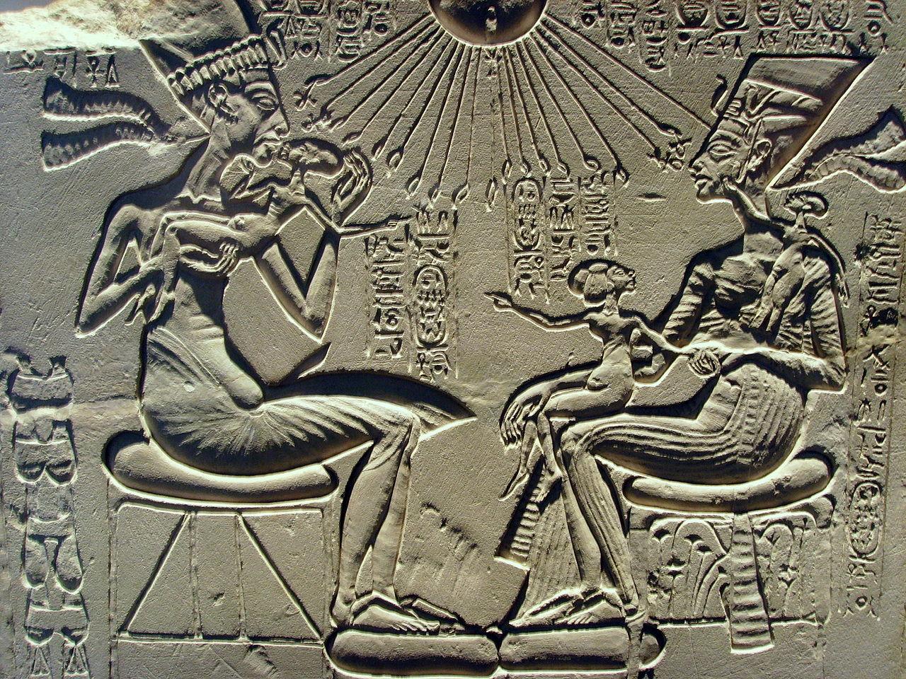 El retrato familiar de Akenatón acerca la familia real a la tierra a la vez que los relaciona con el dios Atón