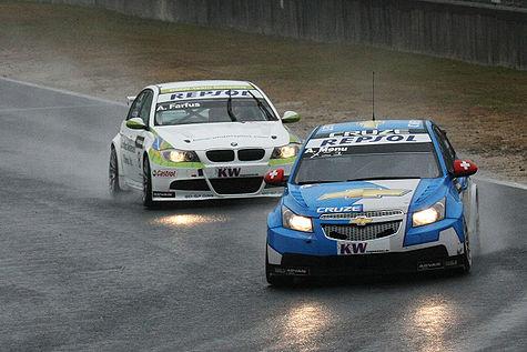 Chevrolet Cruze a BMW 3 (E90) při závodu seriálu WTCC v Japonsku