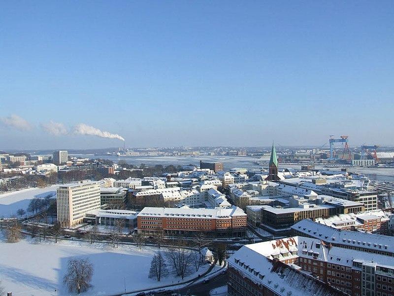 File:Altstadt mit Nikolaikirche und Schloss im Winter (Kiel 37.765).jpg