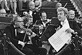 André van Duin, vóór het orkest, geeft aanwijzingen aan de musici, Bestanddeelnr 931-6317.jpg