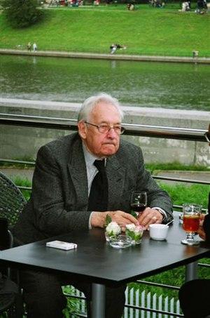 Andrzej Wajda na tarasie Centrum Manggha, Kraków, sierpień 2004 r