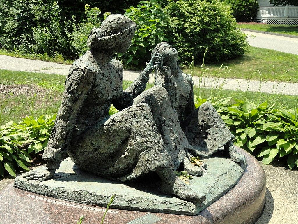 マサチューセッツ州テュークスベリーに設置されているヘレンとサリヴァンのブロンズ像 Wikipediaより
