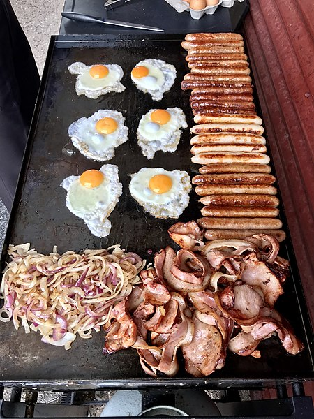 Datei:Australian BBQ'd breakfast sausages, bacon and fried eggs.jpg