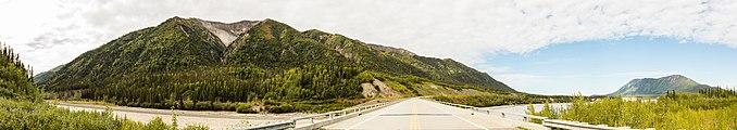 Autopista Alaska sobre el río Blanco, Beaver Creek, Yukón, Canadá, 2017-08-25, DD 18-24 PAN.jpg