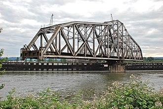 Burlington Northern Railroad Bridge 9.6 - Image: BNSF Bridge 9.6 swing span turning