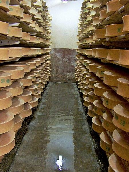 File:Beaufort dans la cave de la coopérative laitière de Moûtiers.jpg