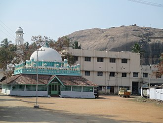 Dindigul - Begampur Mosque, the oldest mosque in the city, with Dindigul fort in the background