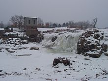 Photographie des chutes de Sioux Falls, gelées en hiver.