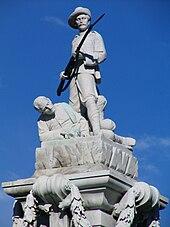 O Boer War Memorial em Dunedin.  É totalmente branco e demonstra o patriotismo da Nova Zelândia, mostrando um homem defendendo seu colega soldado.