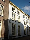 foto van Herenhuis met bakstenen lijstgevel ter breedte van zes vensterassen