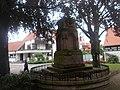 Buchen am Regino-Denkmal in Altrip.jpg