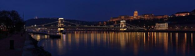 Budapesti rakpart panorama.jpg