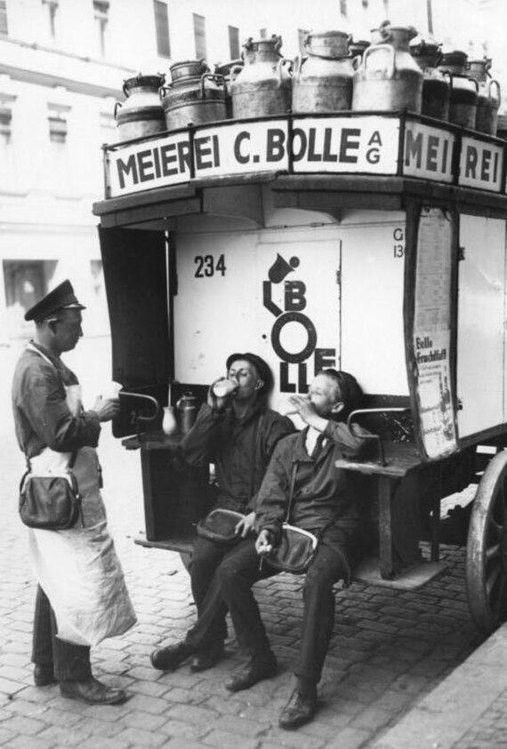 Bundesarchiv Bild 183-2004-0708-501, Berlin, Milch von Bolle in der Pause