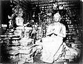 COLLECTIE TROPENMUSEUM Boeddha geflankeerd door twee tempelbewakers (Bothesatwa's) waarvan er maar een te zien is TMnr 60050689.jpg