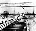 COLLECTIE TROPENMUSEUM Eén der steigers van de raffinaderij van de B.P.M. te Balikpapan TMnr 10006836.jpg