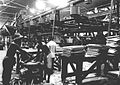 COLLECTIE TROPENMUSEUM Mannen aan het werk bij een wringerbatterij in de Mexolie Fabriek te Keboemen Midden-Java. TMnr 60013259.jpg