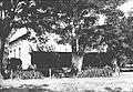 COLLECTIE TROPENMUSEUM Twee onder één kap woningen op het terrein van de spiritusfabriek 'Wates' ten oosten van Madioen op Midden-Java TMnr 60012715.jpg
