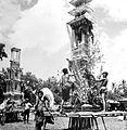 COLLECTIE TROPENMUSEUM Verbrandingstorens (wadah's) worden opgetuigd en versierd voor een lijkverbranding in Gianyar Bali TMnr 10003286.jpg