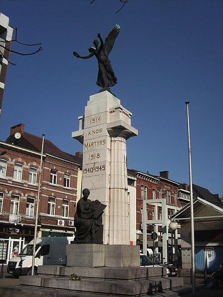 """Monument """"À nos martyrs 1914-1918; 1940-1945"""" Charleroi - (Belgique) - avenue de Waterloo Inauguré en 1923, le monument est dû à l'architecte et bourgmestre Émile Devreux et au sculpteur Jules Lagae"""