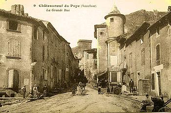 Français : La grand rue de Chateauneuf-du-Pape