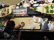 Nei ristoranti, spesso il sashimi è preparato al bancone, davanti ai clienti.