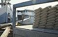 Collectie NMvWereldculturen, TM-20023568, Dia, 'Het laden van zakken cement aan boord van een Buginese prauw in de haven Sunda Kelapa', fotograaf Paul Romijn, 1993.jpg