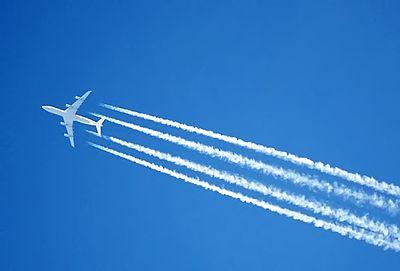 凝縮トレイル(飛行機雲)を残す高空飛行ジェットのエンジン