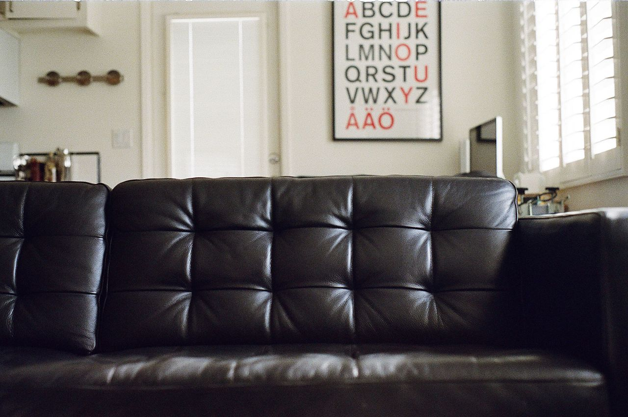 File:Couch-furniture-living-room-sofa (24300293356).jpg ...