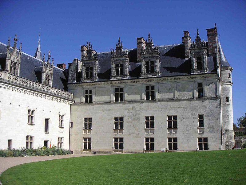 Fichier:Cour intérieure logis royal chateau d'Amboise.JPG