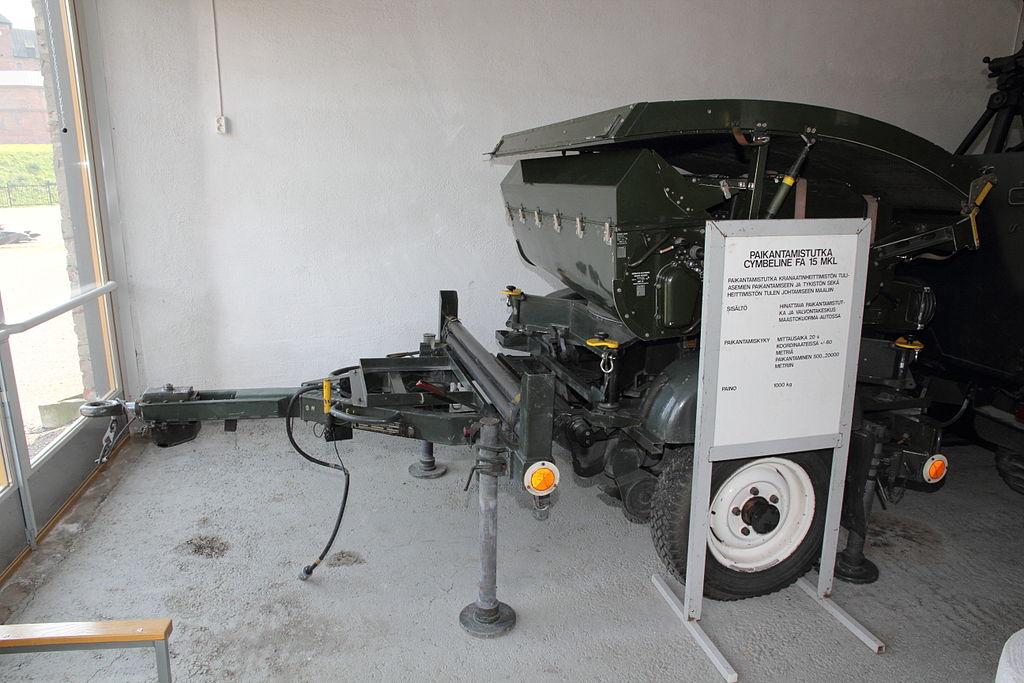 الأنظمة الرادارية لرصـد مـصادر نيران المدفعـية 1024px-Cymbeline_FA_15_mortar_locating_radar_H%C3%A4meenlinna_1