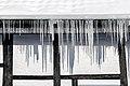 Dülmen, Hausdülmen, Eiszapfen an einem Haus am Burgplatz -- 2021 -- 4856.jpg