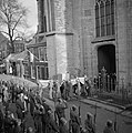 De kisten worden de St Bavo in Haarlem uit gedragen, Bestanddeelnr 255-9129.jpg